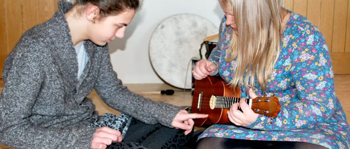 Music-therapist-child-education-aspergers-syndrome-autism-therapy-guitar