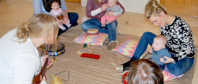 Music-therapist-group-session-baby-parents-instruments